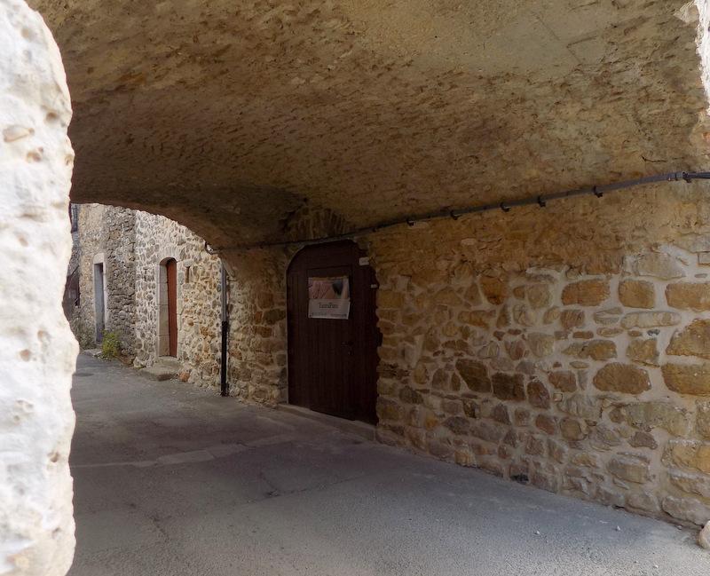 L'entrée de la salle de massage, dans une ancienne cave