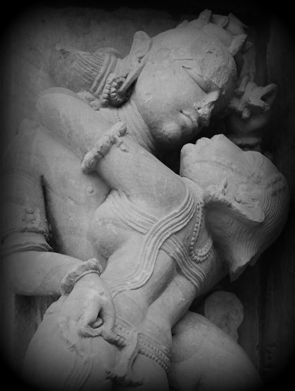 Khajuraho couple kissing